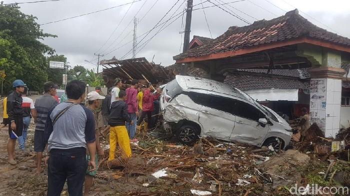 Dampak tsunami Anyer pada akses transportasi. Foto: Jalan Serang-Pandeglang terputus (Bahtiar-detikcom)