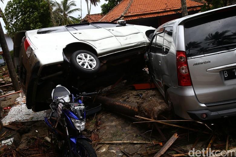 Mobil rusak jawaban tsunami. Foto: Grandyos Zafna
