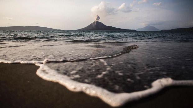 Dentuman dan Petir Terus Terdengar dari Gunung Anak Krakatau