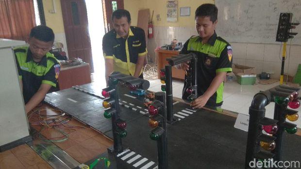 Keren! Dua Pelajar Karawang Ciptakan Alat Deteksi Kemacetan
