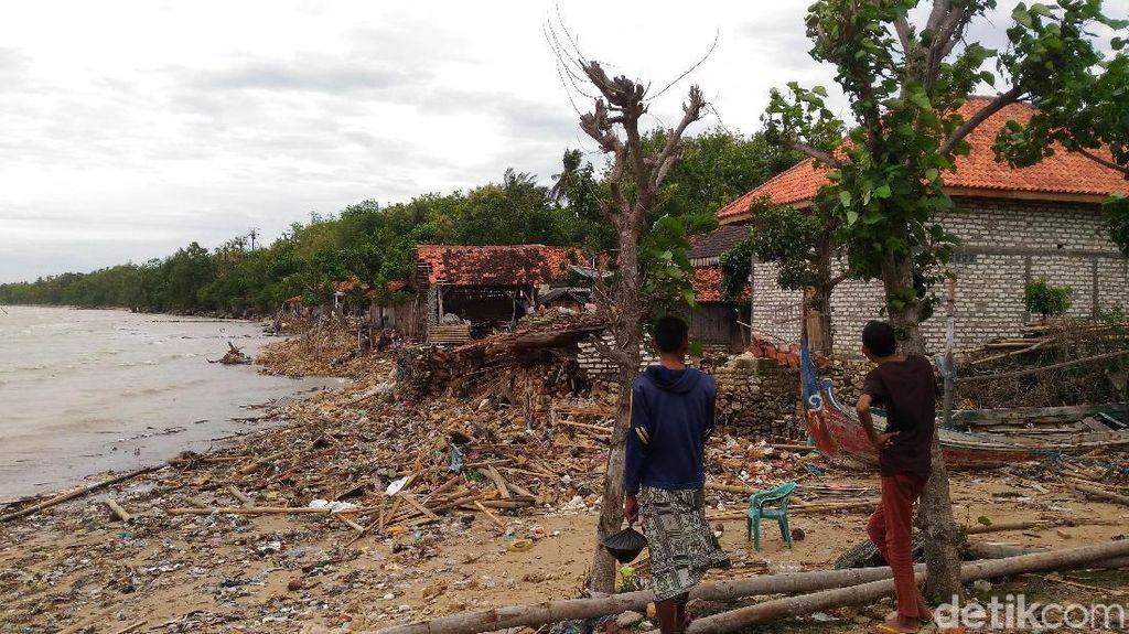 Ombak Besar Terjang Pesisir Sumenep, Porak Porandakan Rumah Warga