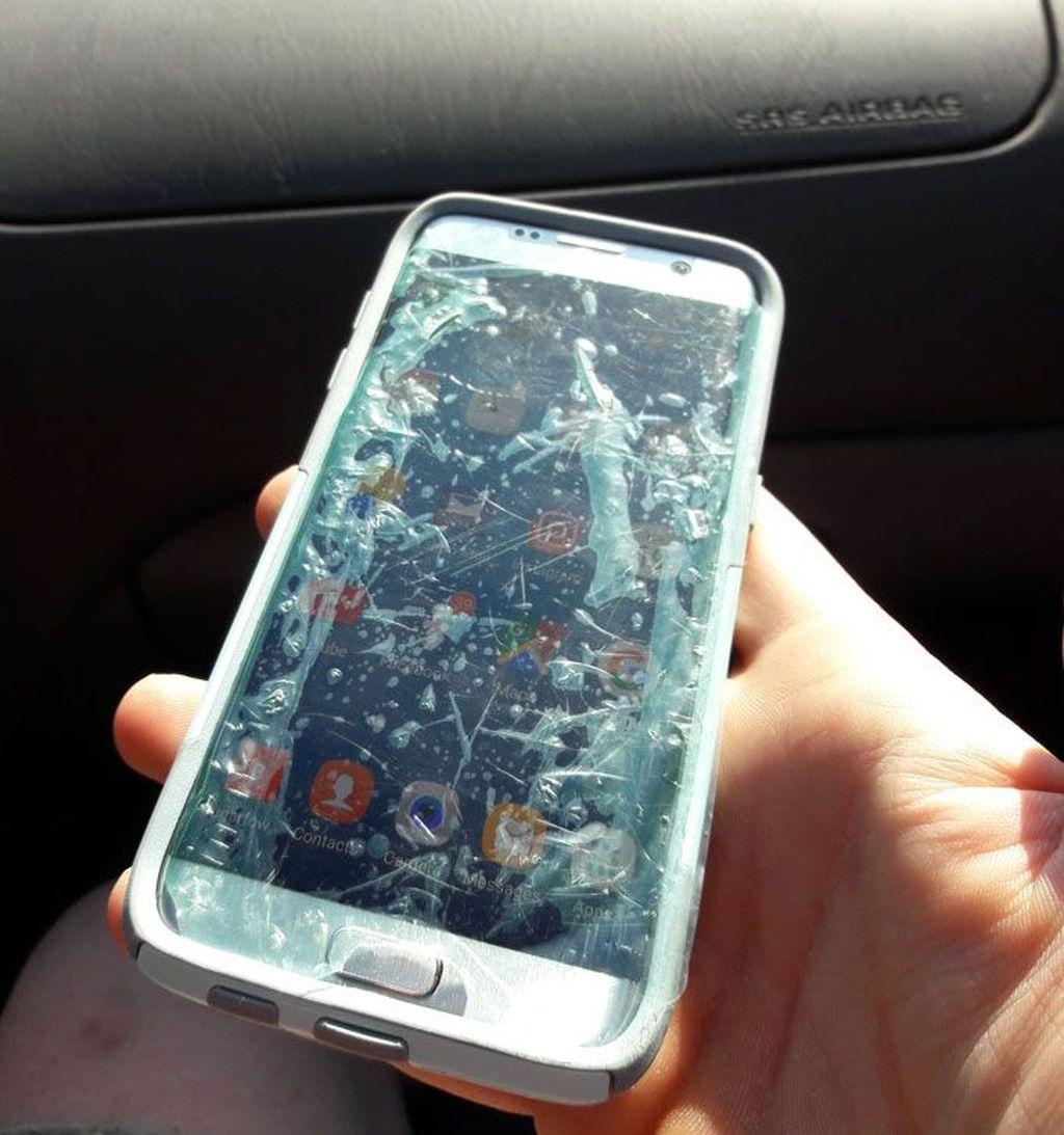 Si anak meminta ibunya melindungi ponsel dengan screen protector agar aman. Si ibu membalut ponselnya dengan plastik untuk makanan. Yang penting terlindungi. Foto: The_PwnShop via Bored Panda