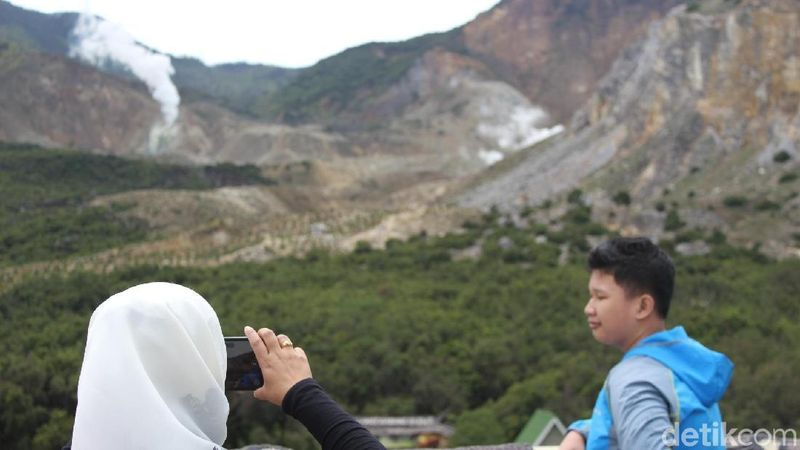 Gunung Papandayan punya pemandangan cantik yang bisa kamu kunjungi akhir pekan ini. Dari Garut, cukup 45 menit ke sini. Jangan lupa bawa jaket karena suhunya sangat dingin. (Hakim Ghani/detikTravel)
