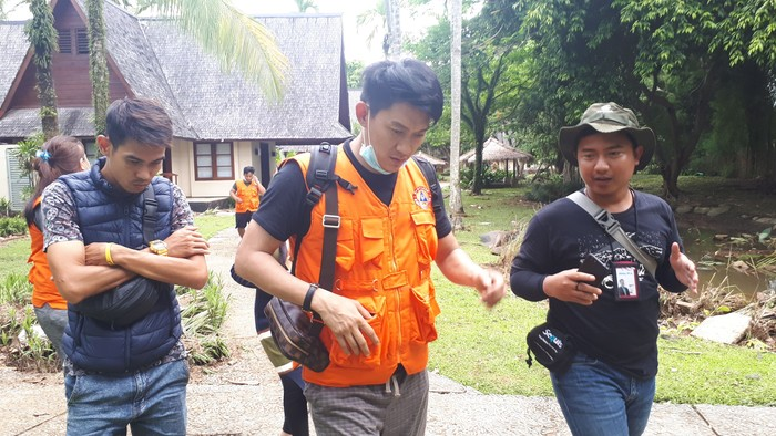 Ifan saat mencari istrinya di lokasi terjangan tsunami di Tanjung Lesung. Foto: Faiq Hidayat
