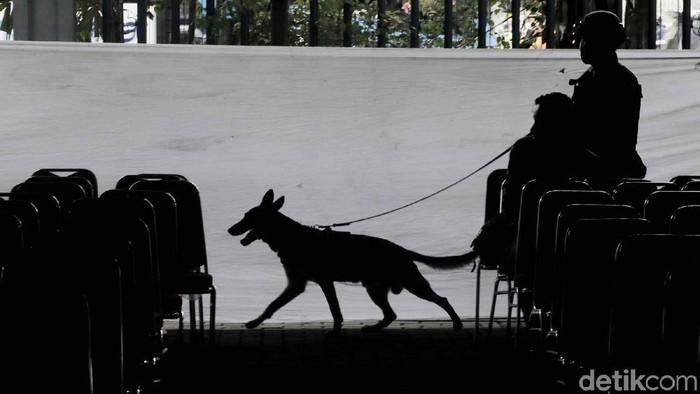 Menjelang Misa Natal, polisi menyeterilkan Gereja Katedral, Jakarta Pusat, Senin (24/12/2018). Polisi bersenjata hingga anjing pelacak dikerahkan untuk menyisir gereja tersebut.