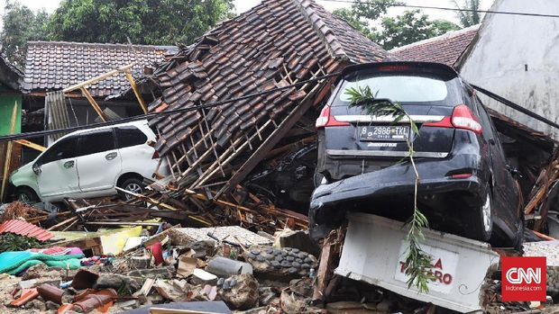 Sejumlah mobil rusak karena Tsunami Selat Sunda teronggok di sepanjang jalan dari kawasan Anyer hingga Sumur, Banten, belum lama ini.