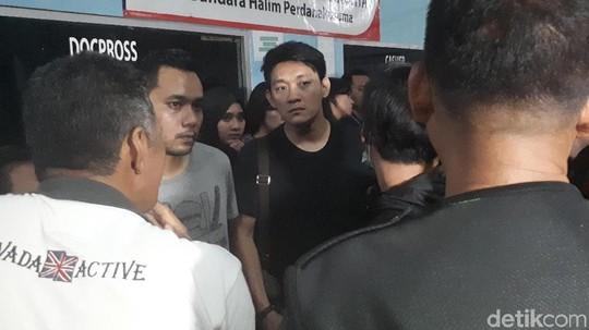 Suasana Tahlilan untuk Istri Ifan dan Andi Seventeen di Bandara