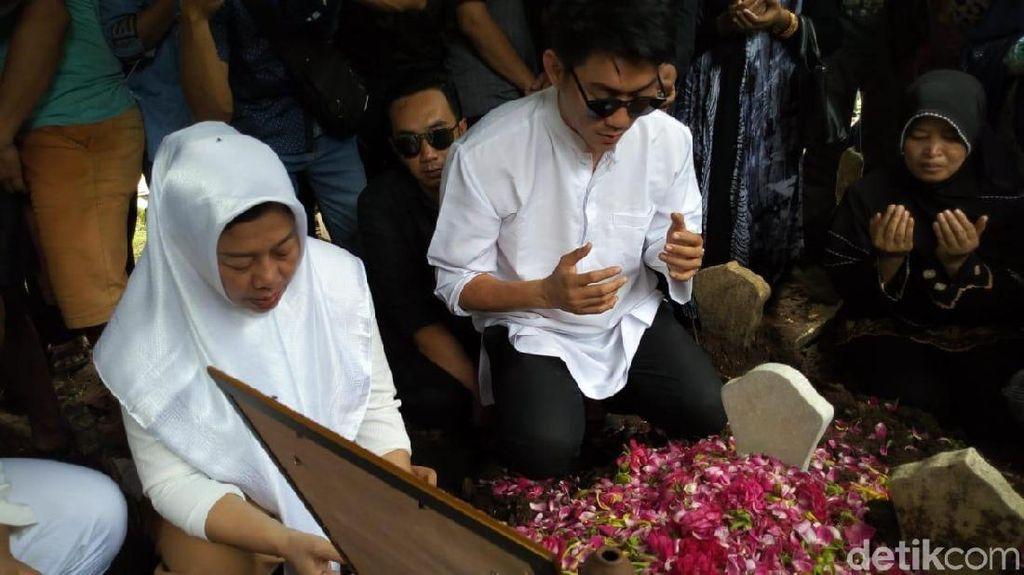 Tangis Haru Mengiringi Pemakaman Personel Seventeen & Dylan Sahara