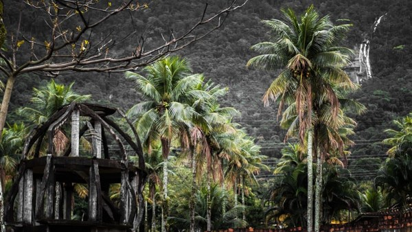 Di belakang Park Albanoel, lanskap lembah dan air terjun menambah kecantikannya. Namun, bagi yang mau menjelajahinya lebih jauh harap berhati-hati (CNN Travel/Christopher Jones)