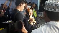 Suasana ketika jenazah Dylan Sahara tiba di kargo Bandara Halim Perdanakusuma. Ifan dan mertuanya mencoba tegar. Foto: Ibunda Dylan Sahara / Desi Puspasari