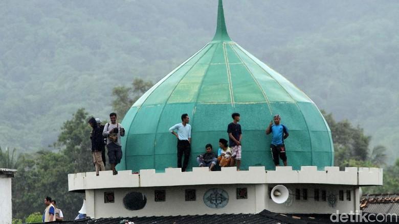 Warga di daerah Sumur, Pandegelang, Banten, kembali panik. Mereka berlarian ke lokasi lebih tinggi karena mendengar informasi bahwa ombak terlihat naik.