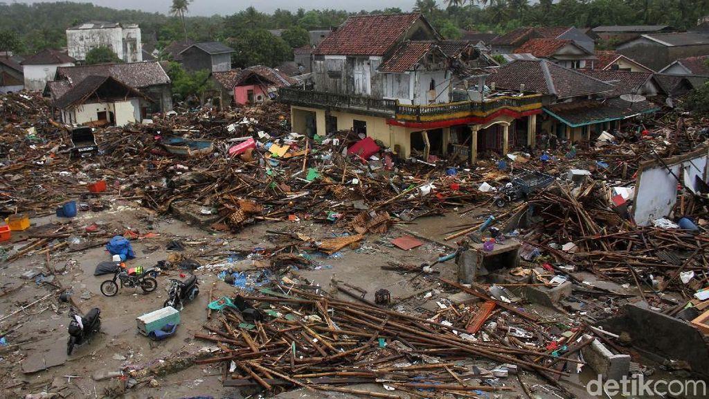 Saat Tsunami Lumat Keramaian Pasar Malam di Sumur
