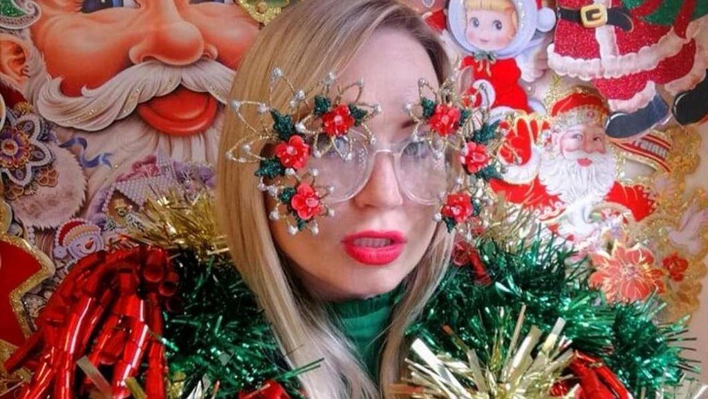 Wanita Ini Terobsesi Pohon Natal, Penampilannya Bikin Geleng-geleng Kepala