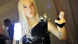 Para pemilik fetish karet ramai-ramai menggunakan kostum lateks ketat untuk menjadi boneka wanita. Seperti apa potretnya?