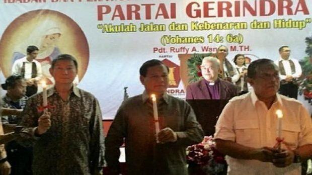 Prabowo memegang lilin dalam perayaan Natal.