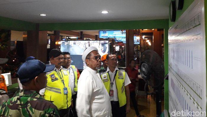 Komisaris PT Angkasa Pura I Ali Mochtar Ngabalin meninjau Posko Nataru di Bandara Adisutjipto. Foto: Ristu Hanafi/detikcom
