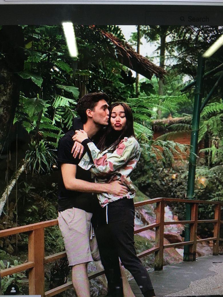 Aura Kasih telah menikah dengan seorang pria bernama Eryck Amaral. Ini salah satu kedekatan keduanya yang beredar di media sosial. Foto: dok instagram