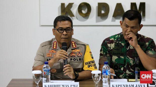 Argo Yuwono (kiri) menerangkan soal pemeriksaan kembali Sekjen PSSI Ratu Tisha oleh polisi. (