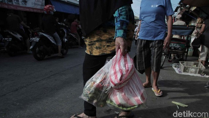 Pemprov DKI Jakarta akan mengurangi penggunaan kantong plastik karena bahaya yang ditimbulkannya. Pemprov DKI tengah menyiapkan pergub larangan penggunaan kantong plastik.