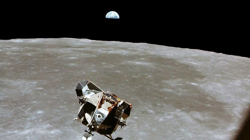 Mitos soal Neil Armstrong: Dengar Azan di Bulan hingga Pindah Agama
