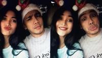 Ia bersama sang suami, Franky Ilham, dengan hiasan Natal. Foto: dok instagram