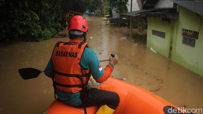 Tim SAR gabungan bahu membahu mengevakuasi warga di Labuan, Banten. Daerah itu terendam banjir akibat intensitas hujan yang tinggi dan pasang air laut pasca tsunami.