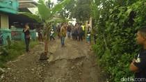 Protes, Warga Bandung Barat Tanami Pohon Pisang di Jalan Berlubang