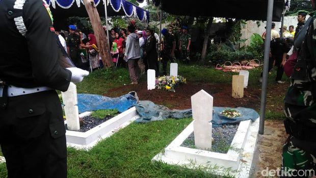 Isak Tangis Keluarga Iringi Pemakaman Jenazah Letkol Dono