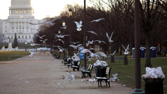 WASHINGTON, DC - DECEMBER 24:  Trash begins to accumulate along the National Mall near the Washington Monument due to a partial shutdown of the federal government on December 24, 2018 in Washington, DC. The partial shutdown will continue for at least a few more days as lawmakers head home for the holidays as Democrats and the Trump administration cannot agree on an amount of funding for border security. (Photo by Win McNamee/Photo by Win McNamee/Getty Images)