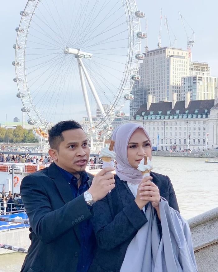 Lahir di Jogja, Mumtaz Rais mengikuti jejak sang ayah sebagai politisi. Meski begitu ia juga tidak melupakan hobinya yang gemar kulineran. Ini pose Mumtaz dan sang istri, saat makan es krim di London. Foto: Instagram @mumtaz.futri