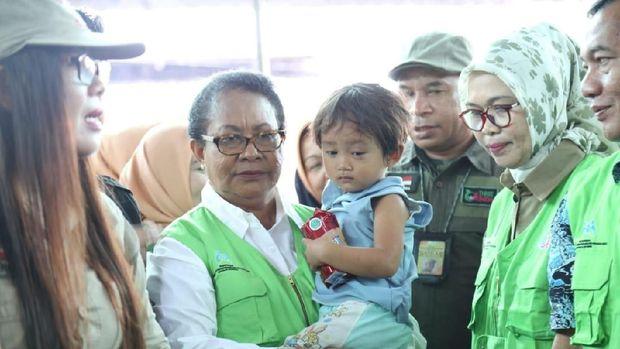 Menteri Yohana Kunjungi Anak dan Perempuan Korban Tsunami Banten
