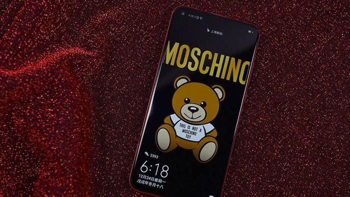 Penampakan Honor View20 yang menggadeng merk asal Italia, Moschino. Foto: Sina Mobile