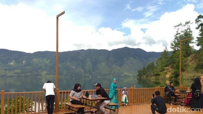 Danau Laut Tawar lokasinya tidak jauh dari ibu kota Aceh Tengah, Takengon. Jika mengendarai sepeda motor, para pengunjung hanya membutuhkan waktu sekitar 25 menit (Datuk Haris/detikTravel)