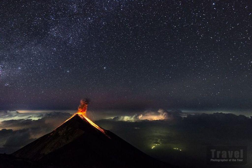 Potret Gunung Api Fuego di Guatemala yang dipotret oleh Florent Mamelle dari Prancis. Istimewa/Boredpanda.