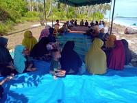 Saat peringatan 14 tahun tsunami, Pulau Baguk ramai dikunjungi warga untuk berziarah. Warga ramai-ramai berangkat dengan boat nelayan dan kemudian duduk di dekat kuburan sambil memanjatkan doa. (dok. Istimewa)