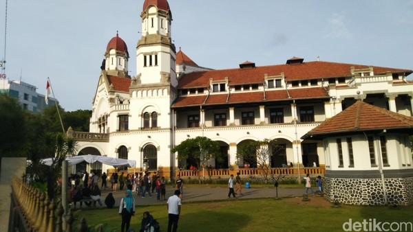 Lawang Sewu dalam bahasa Jawa berarti Pintu Seribu. Gedung ini memang memiliki 1200-an daun pintu. (Angling Adhitya Purbaya/detikcom)