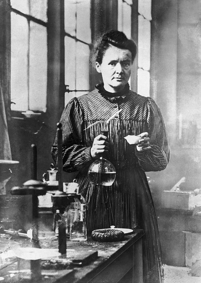 Ilmuwan penemu unsur polonium dan radium, Marie Curie, meninggal pada 4 Juli 1934 karena leukemia. Diyakini peraih Nobel Fisika ini banyak terpapar radiasi selama bekerja di laboratorium. (Foto: Getty Image)