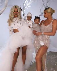 Khloe Kardashian memakai gaun karya Monica Ivena.