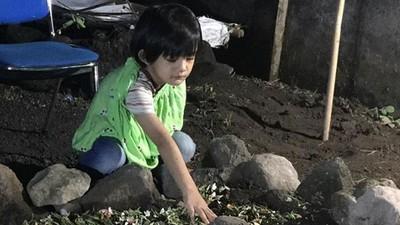 Ungkapan Pilu Anak Sulung Herman Seventeen di Depan Makam