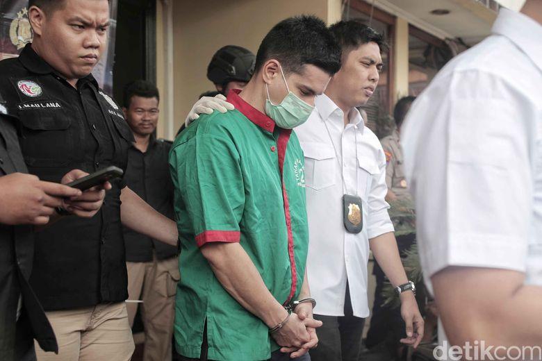 Steve Emmanuel ditangkap satuan Polres Jakarta Barat karena dugaan penyelundupan narkoba. Steve pun kini dalam penahanan pihak kepolisian. Foto: Pradita Utama