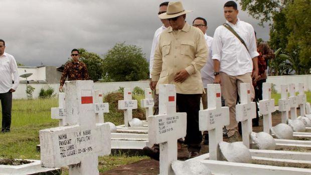Prabowo Subianto berziarah ke Taman Makam Pahlawan Seroja tempat makam eks pejuang Timor Timur (Timtim) di Atambua, Kabupaten Belu, NTT. Kamis (27/12).