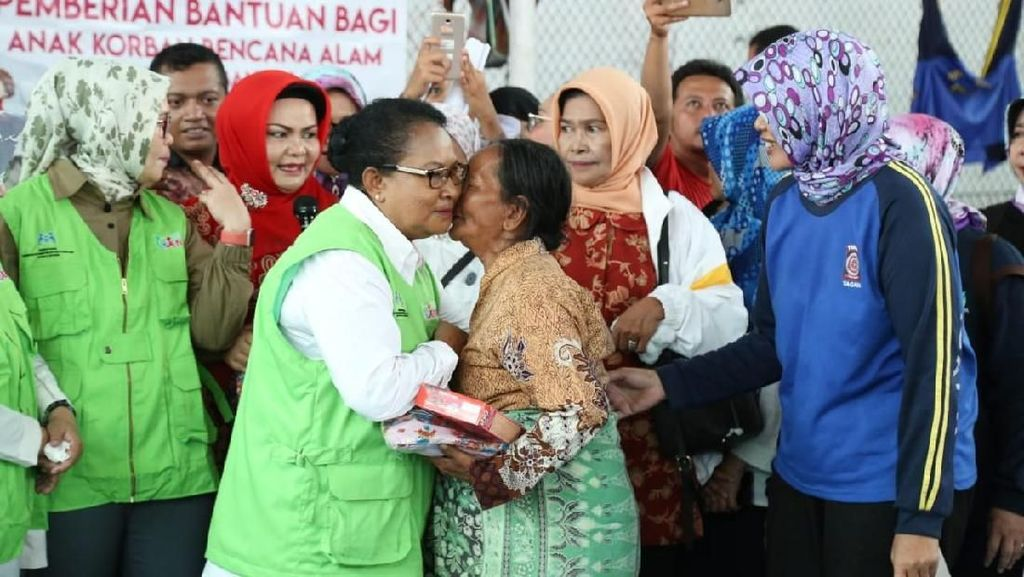 Potret Menteri Yohana Saat Kunjungi Korban Tsunami