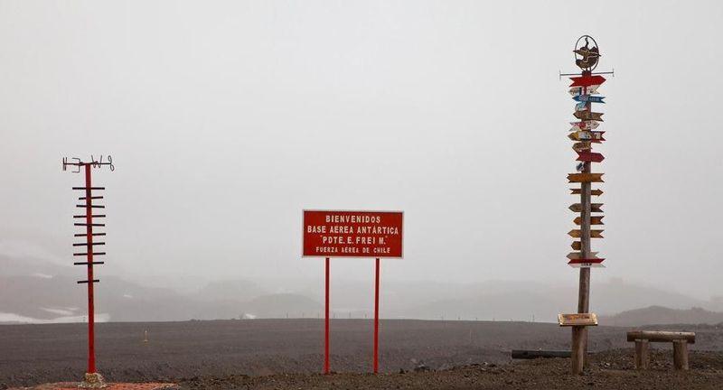 Lokasinya ada di Antartika, yakni Villa Las Estrellas. Jalur pendaratan pesawat yang masih berupa kerikil (BBC)