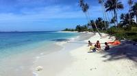 Meski jadi lokasi pekuburan massal, tapi Pulau Baguk punya pemandangan yang sangat cantik. Pasirnya putih, airnya biru serta dihiasi banyak pohon kelapa yang tumbuh berjejer memenuhi daratan pulau. (dok. Istimewa)