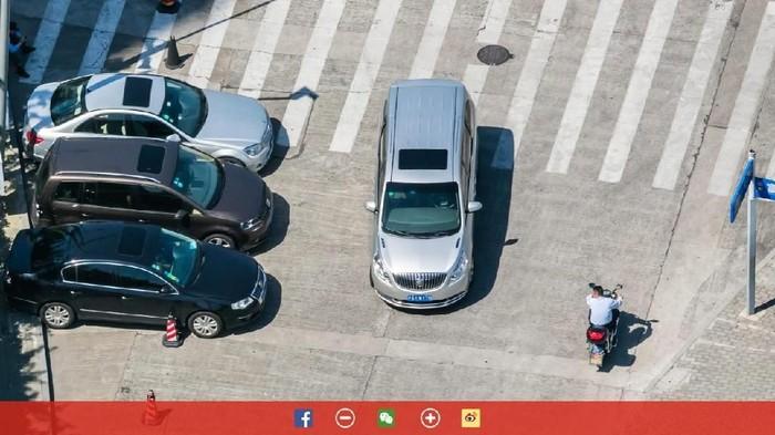 Sampai bisa melihat merek mobil. Foto: Bigpixel