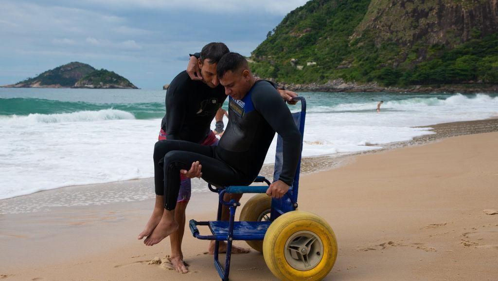 Kisah Penakluk Ombak dengan Tubuh Lumpuh dari Brazil