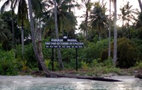 Ketika tsunami menerjang Aceh, warga Pulau Banyak menemukan mayat yang hanyut dari Aceh Barat. Jenazah-jenazah itu dikumpulkan selama 21 hari dengan jumlah mencapai 97 mayat. Masyarakat kemudian berinisiatif menjadikan Pulau Baguk sebagai tempat mengubur jenazah tanpa identitas itu. (dok. Istimewa)