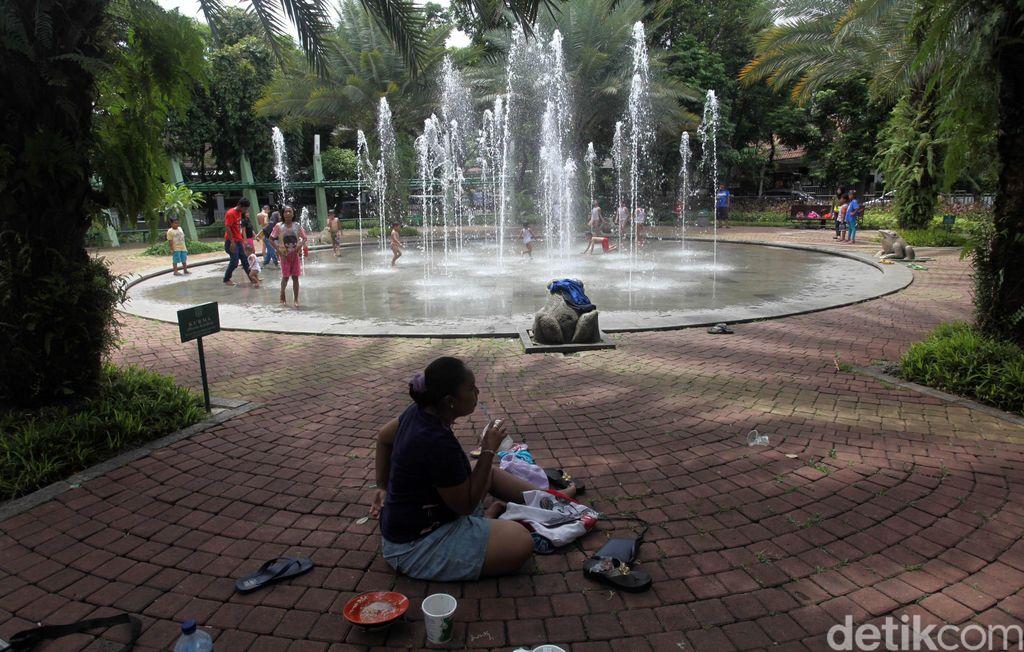 Sejumlah anak bermain di air mancur Taman Menteng, Jakarta Pusat, Kamis (27/12/2019). Anak anak ini dalam rangka mengisi hari libur sekolahnya.