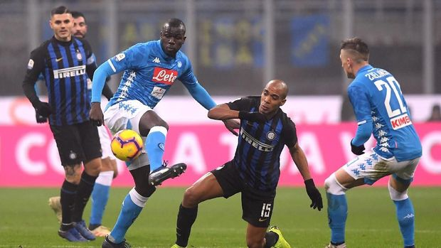 Joao Mario berhadapan dengan Kalidou Koulibaly dalam laga Inter Milan vs Napoli.