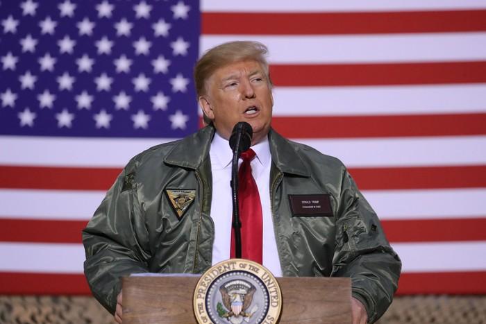 Presiden AS Donald Trump bersama Melania Trump mengejutkan para tentara AS di Irak. Kedatangan Trump di malam Natal itu pun disambut meriah para tentara.